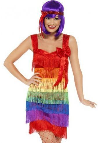 Dit regenboog flapper kostuum is in de regenboog kleuren, voor een charleston feestje of Gay pride. Dit degelijke en stijlvolle jaren '20 flapper kostuum komt met de hoofdband met veren en flapper jurk. De jurk heeft aan de voorzijde het franje detail en de achterzijde is een egale stof. Leuk te combineren met accessoires zoals bijvoorbeeld een jaren 20 sigaretten houder, parelketting en een boa. Dit regenboog flapper kostuum is een productie van Smiffy's.