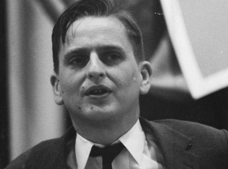 Olof Palme den yngre kom inte till Sigtuna fr att finna inre frid. Men p sitt stt var han lika ur takt med tiden som en gng farbrodern. Hsten 1937, d Msi s