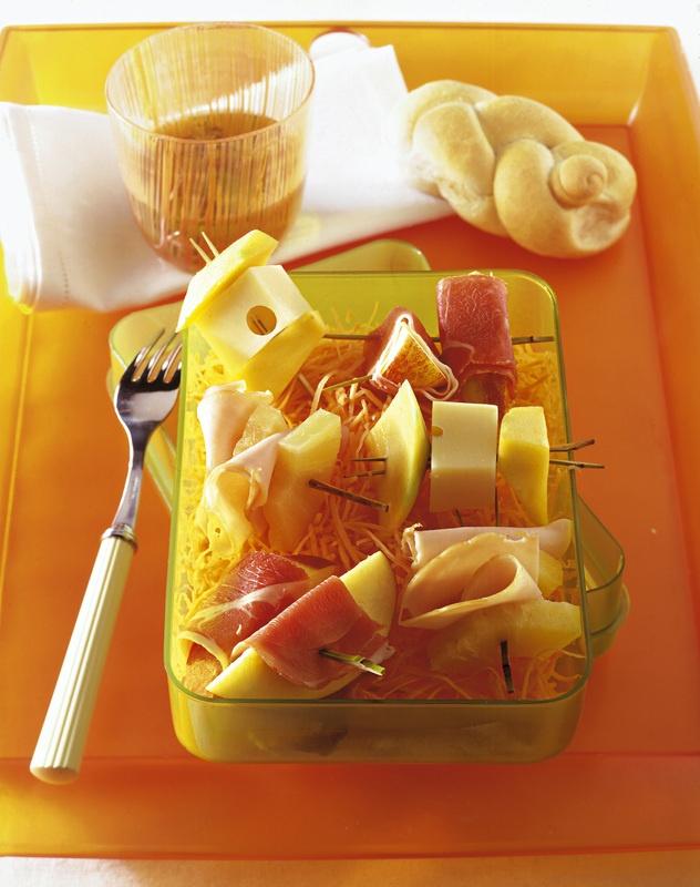 Mini spiedini di frutta, formaggio e salumi