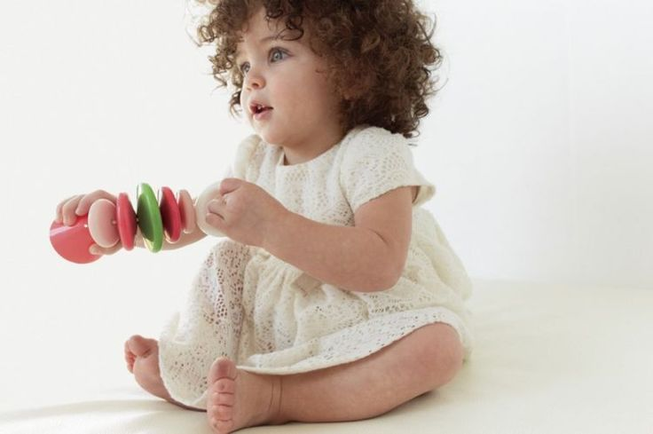 Pierwsza grzechotka – dbamy o zmysły maluszka