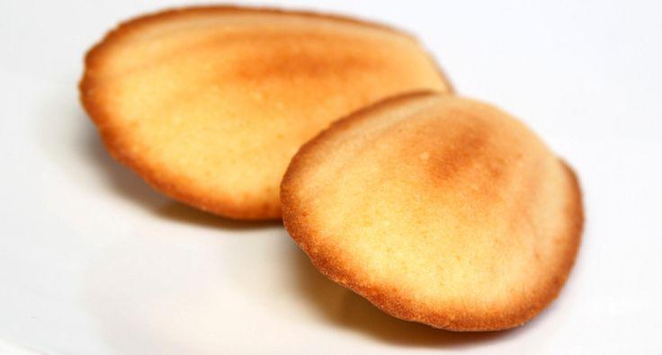 Przepis na migdałowe magdalenki: Magdalenki pochodzą z Francji, są tam bardzo popularne. Przedstawiony przepis opisuje sposób przygotowania magdalenek z migdałami. Ciastka te występują w wielu wariantach smakowych, od pistacji, przez orzechy kokosowe po cytryny. Ty też spróbuj, będą smakować!
