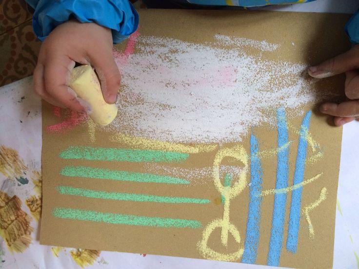 """Sobre papel de lija pintamos con chalks (tizas). Estamos muy acostumbrados a usar tizas solo en pizarras y/o el suelo pero existen otras superficies que potencian el efecto cromático del color en sí: en este caso, el papel de lija. Es cuestión de no caer en la trampa de """"un objeto-un uso"""" pues os estáis cerrando las puertas a infinidad de experiencias magníficas para desarrollar la habilidad perceptiva y la experimentación cognitiva. ¡Un objeto - infinidad de usos!"""