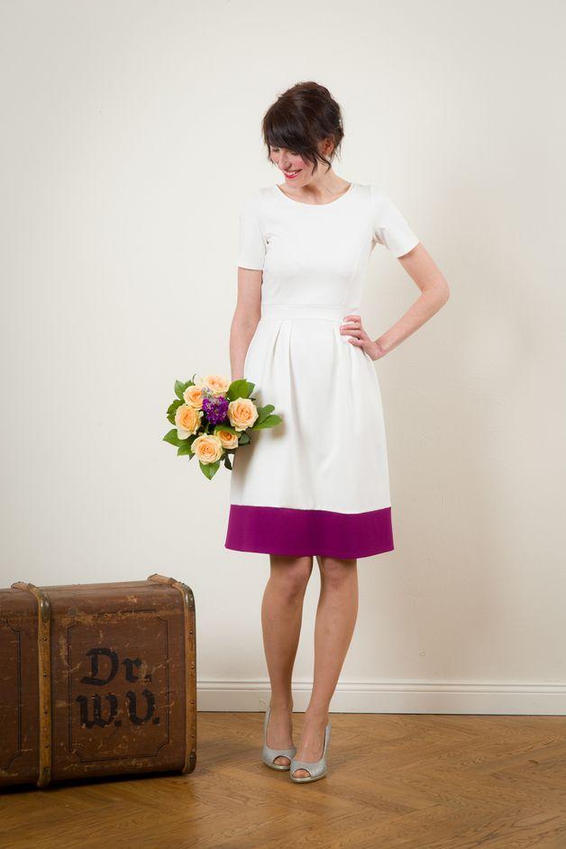 Modernes Brautkleid mit Magenta Rocksaum / modern wedding dress, magenta colour accents by Jekyll und Kleid via DaWanda.com