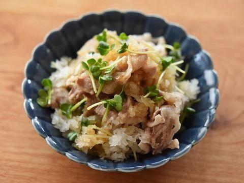 """疲労回復効果のある豚肉(しゃぶしゃぶ用)を鬼おろしでおろした大根おろしと混ぜ合わせ、[product id=""""konbuponzu""""]「ヤマサ昆布ぽん酢」[/product]をかけていただきます。"""