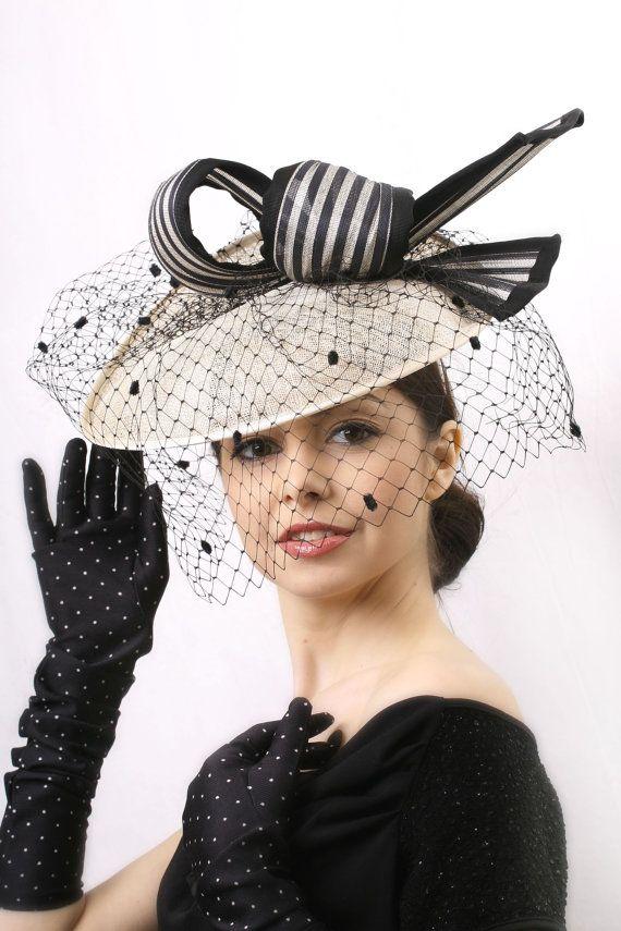 Élégant chapeau bibi voilée Melbourne Cup, crème et noir chapeau derby Royal Ascot et le Kentucky, invité de mariage Hat, fascinator Couture voilée