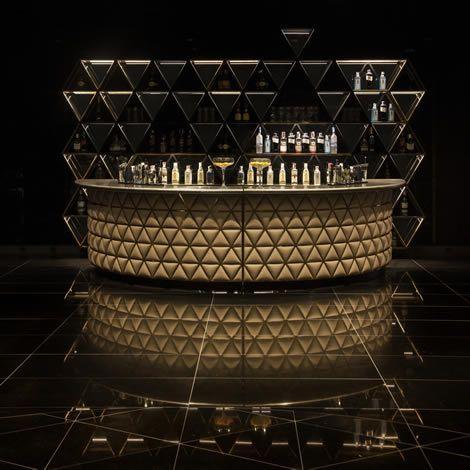 Barra modulada para la finca montesqueiro por mas·arquitectura #fincamontesqueiro  #metal #bar #barra #triangulo #tapizado #steel #triangle