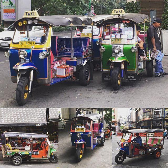 Tuk Tuk. Aunque no lo crean es más barato el taxi, el carro taxi. Si! Porque los del Tuk Tuk nos ven la cara de viajeros... siempre cobran más. Pero qué le vamos a hacer? Hay que recorrer las calles de Bangkok, aunque sea una sola vez, en estos divertidos Tuk Tuks! www.vivirtrabajarviajar.com  #vivirtrabajarviajar #southeastasia #bangkok #tuktuk #travelphotography #thailand #tailandia #viajar #travel