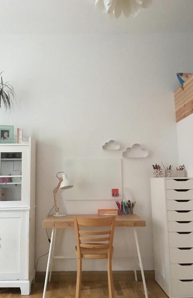 Wohnliches Homeoffice Und Kleiner Schreibtisch Im Weißen Zimmer Mit  Holzboden