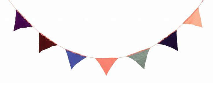 Gebreide slinger met vlaggetjes van acryl, lekker retro waar je blij van wordt! De lengte is 240cm en de vlaggetjes hebben verschillende kleuren. Ferm Living heeft er drie verschillende gemaakt deze heeft als hoofdkleur perzik oranje.