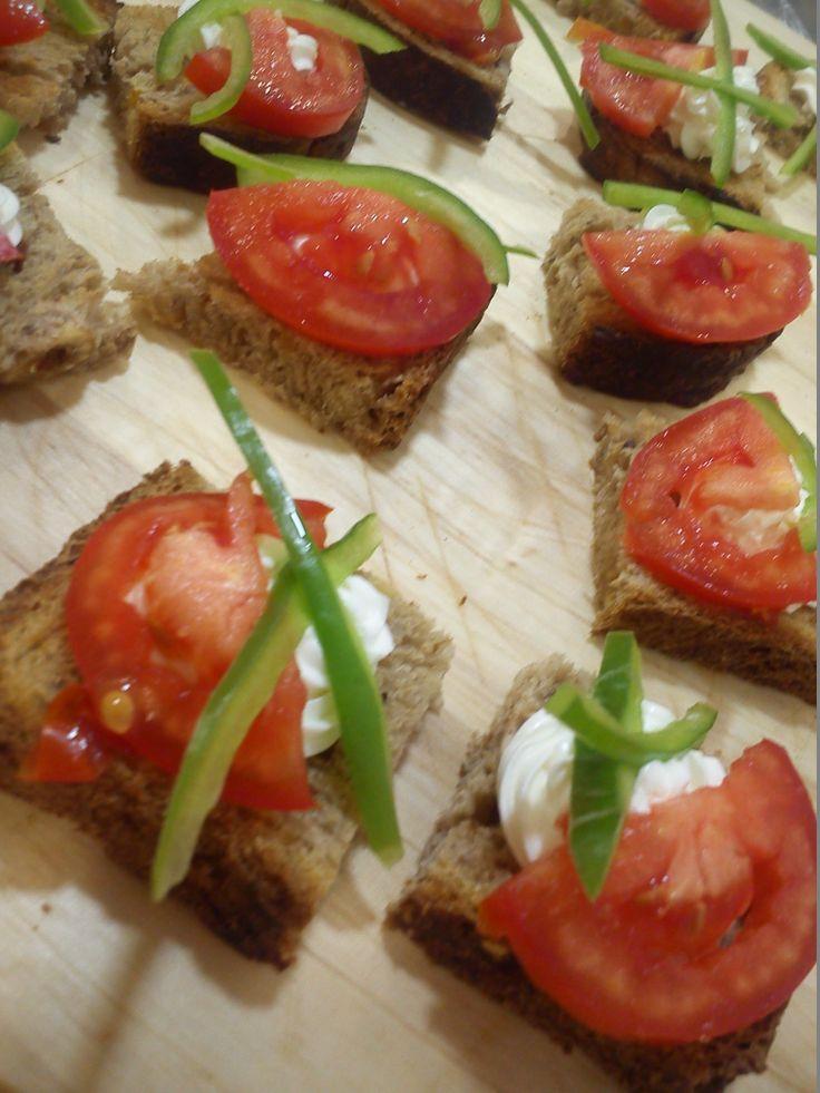 montaditos deluxe, pan energetico con nueces y albaricoque, queso philadelphia, tomate en lonchas y pimiento verde