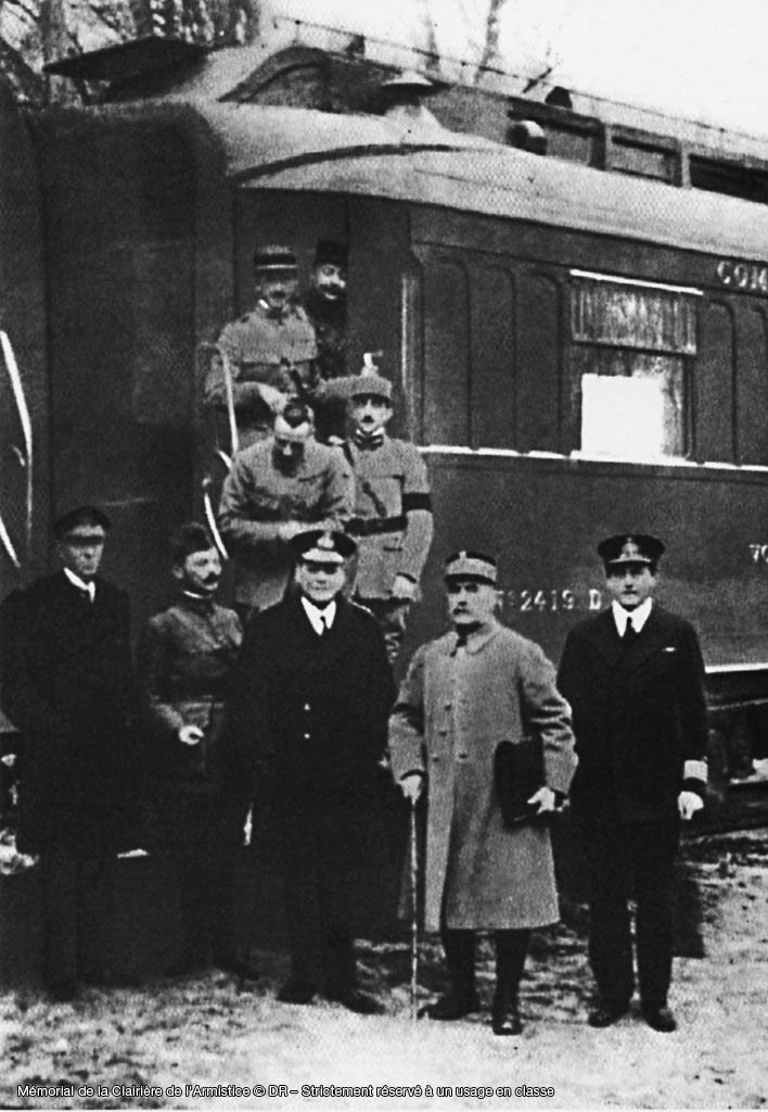 Photo prise dans la forêt de Compiègne, à la sortie du wagon dans lequel Matthias Erzberger signe, pour l'Allemagne, la convention d'armistice avec les Alliés le 11 novembre 1918 à 5h. Ils mettent ainsi fin à la Première Guerre Mondiale. Le maréchal Foch se trouve au premier plan, deuxième en partant de la droite. A sa droite se tient l'amiral Wemyss.