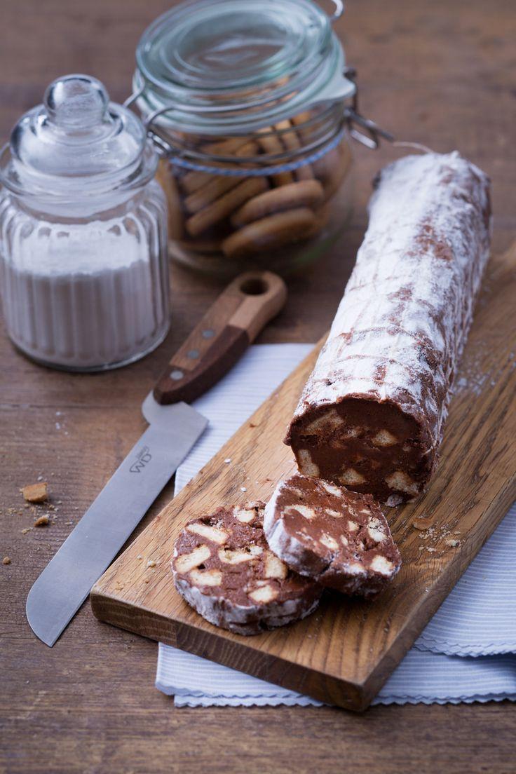 Salame di cioccolato: un vero classico, amato da grandi e piccini. Cosa stai aspettando? Prendi cioccolato e biscotti e prepara questo delizioso dolce. [Chocolate salami]