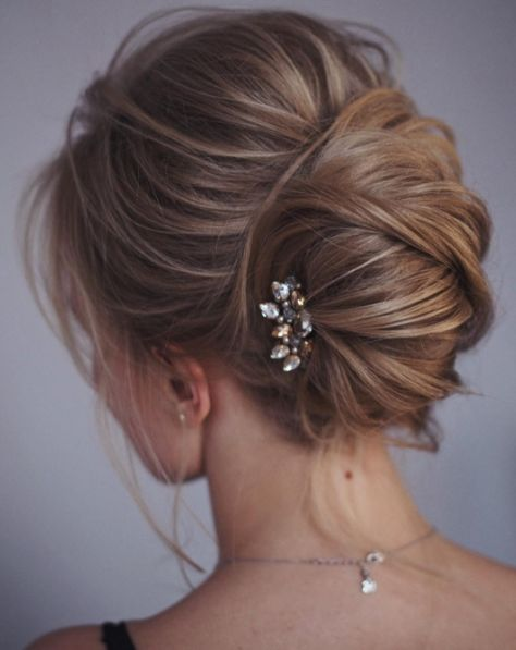 Fantazyjne upięcia dodadzą stylizacji ślubnej wyrafinowania i szyku, kok elegancko odsłoni linię szyi i ramion, długie, delikatnie podpięte loki i warkocze dodadzą nonszalancji i naturalności, a fryzury w stylu retro wraz z odpowiednim makijażem świetnie podkreślą styl i charakter Panny Młodej. Oto najgorętsze trendy w uczesaniach ślubnych na najbliższy sezon.