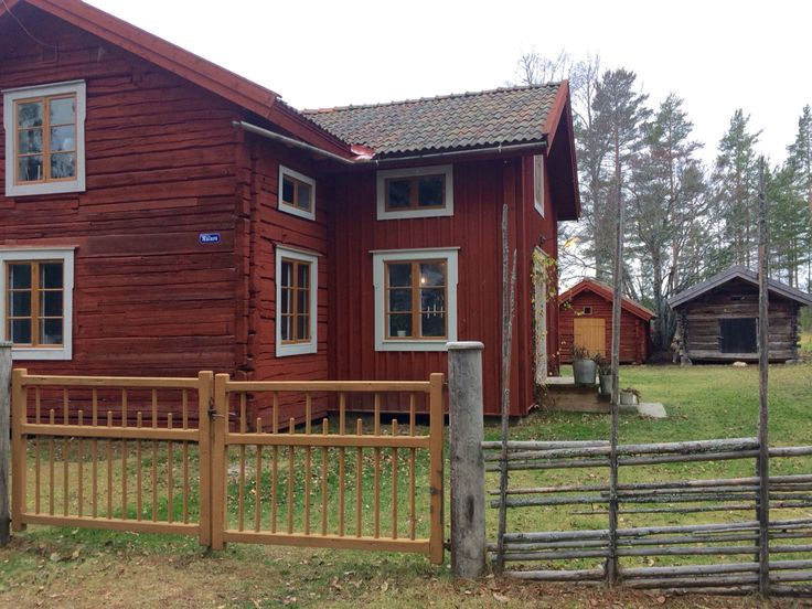 I'm glad for the gate we bought at auction this summer. ##hälsingland #timmerhus…