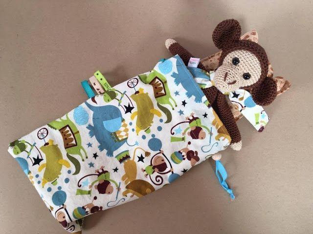 """Séraphin, le singe - personnage réalisé au crochet en fil coton, - 24 cm - Peut convenir comme doudou - Collection  """"Les minis des petites valises"""""""