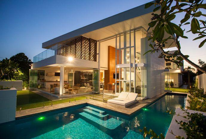Abuso de luz natural com vidros do chão ao teto, varanda que permite integração da área externa com a interna e piscina que avança o jardim para dar uma opção de raia. Projeto show!