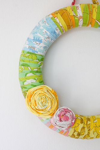 Love this wrapped wreath... can use vintage sheets or hankies or fabric! Love it!: Wreaths Tutorials, Wraps Wreaths, Summer Wreaths, Fabrics Scrap, Vintage Sheets, Spring Wreaths, Fabrics Wreaths, Diy, Crafts