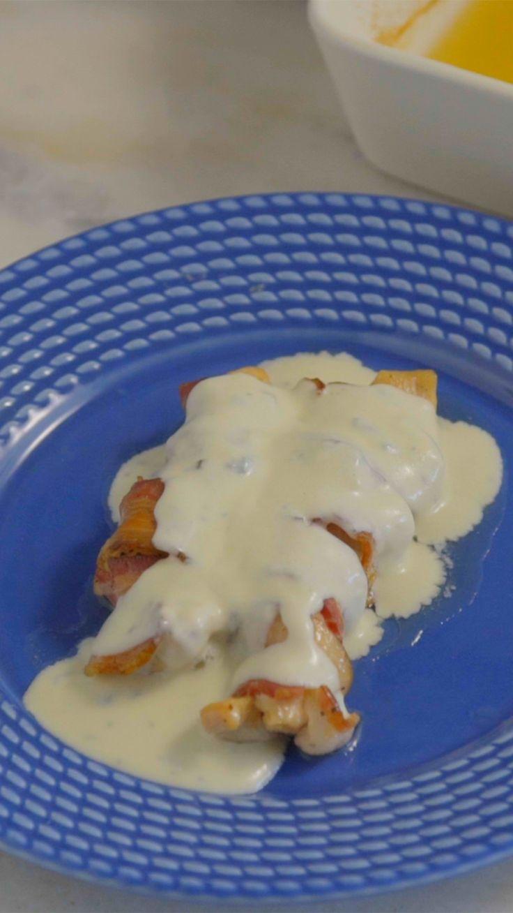 Frango enrolado no bacon com delicioso molho de gorgonzola, ideal para um jantar especial!