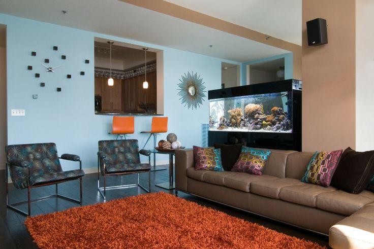 aquarium-maison-salon-meuble-aquarium-noir-canapé-shaggy-orange-canapé-marron aquarium maison