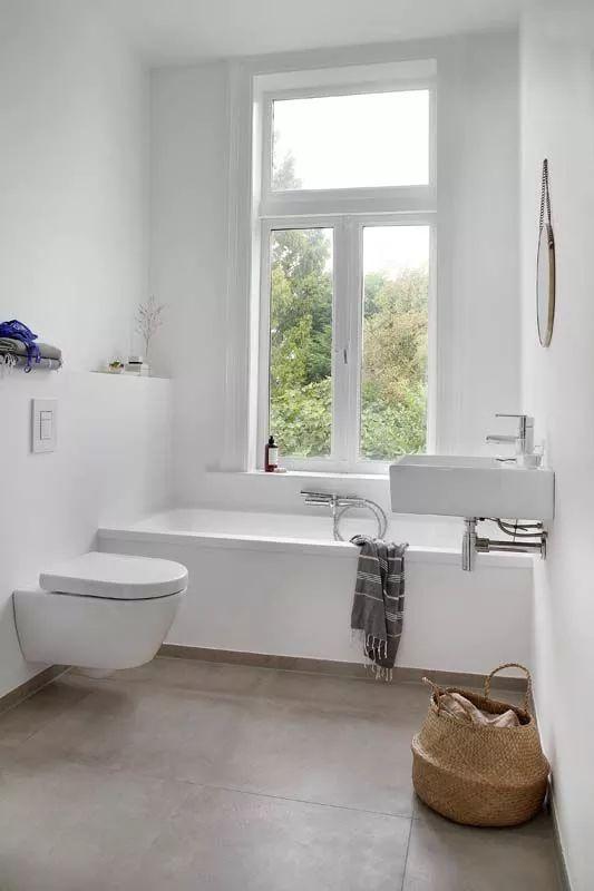 Kleine badkamer met bad