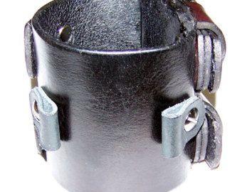 Dit horloge manchet is 2 inch breed en is de uitvalsbasis voor diverse andere manchetten die ik maak. Gemaakt van American Hand-Made leder ten minste 8 oz dik (dat is dik!) het zal u jarenlang duren. Effen zwart met nikkel detaillerend het beveiligt met een enkele gesp. Ik gebruik vernikkeld klinknagels en twee Chicago schroeven het horloge op zijn plaats houden. Pols grootte opgeven bij het bestellen. Item bevat geen horloge gezicht maar horloge gezichten beschikbaar op…