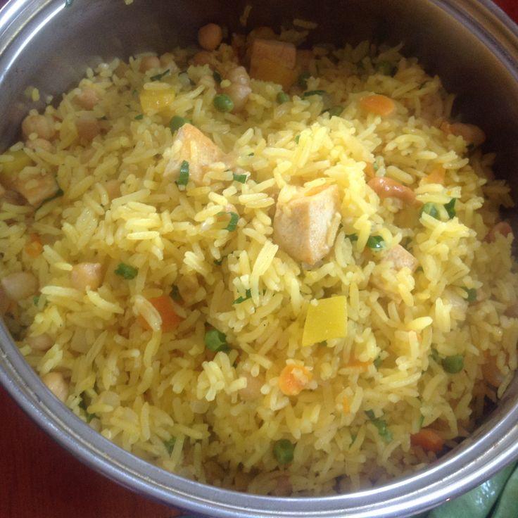 Indiaas gekruide rijst met stukjes pompoen, wortel, doperwten, cashewnoten en paneer(Indiase kaas)