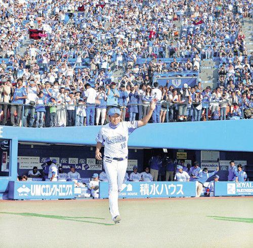 今季初勝利を挙げ、満員の観客を背にヒーローインタビューに向かう三浦 - Yahoo!ニュース(スポーツ報知)