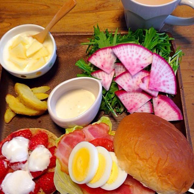 苺とマシュマロのトースト、ベーコンエッグバーガー、野菜サラダ、リンゴとはちみつがけヨーグルト、ポテトフライ、ジンジャーミルクティー - 12件のもぐもぐ - ワンプレートモーニング by fb15734998H3W