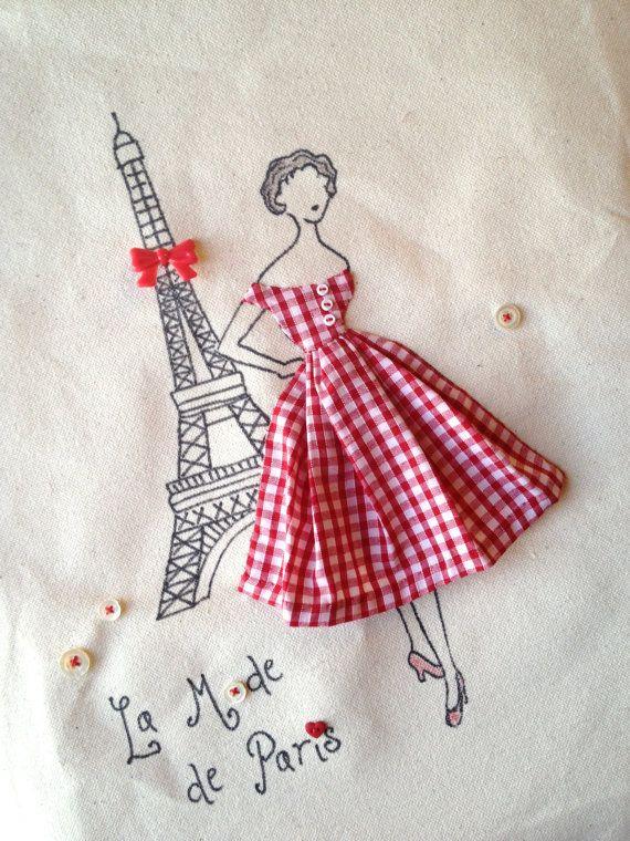 Un bolso de moda retro con un cincuenta toque de París: Torre Eiffel con un lazo rojo, vestido de guinga roja, Linda novedad botones y vintage de la madre de botones de perlas. Provocará sonrisas y alegría donde quiera que vayas!  Hace un gran regalo de Navidad para los amantes de la moda, modista, francófilos, estudiantes, ratones y quien disfruta de cosas únicas y bonitas! Este bolso es práctico y bastante: ligero suficiente para plegar y práctico pero mucho más robusta que una bolsa de…