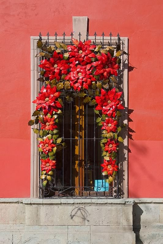 I love poinsettias! Decoraciones Mexicanas para Navidad / Mexican Christmas decorations. Pinned on behalf of Pink Pad, the women's health mobile app with the built-in community