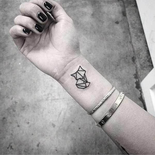 Der Fuchs gilt als schlauer Einzelgänger. Scheu, unzähmbar, aber auch sanft und anmutig erscheint der kleine Räuber und fasziniert mit seiner ganzen Art auch die Tattoo-Fans der Welt .  . .  .  . …