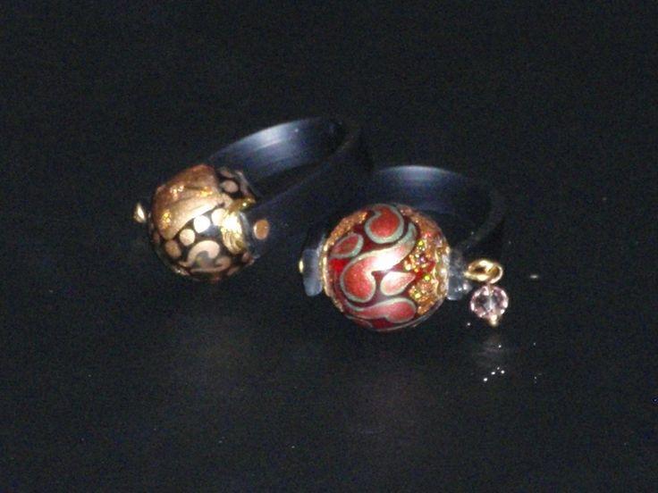 Δαχτυλίδια με γυάλινες χάντρες ζωγραφισμένες στο χέρι Δαχτυλίδια με μαύρο καουτσούκ και χάντρες γυάλινες ζωγραφισμένες στο χέρι σε χρυσές ή κόκκινες αποχρώσεις. Το ένα δαχτυλίδι 8€ μόνο!!  Rings with black rubber and glass beads hand-painted in gold or red tones. One ring only 8 €!