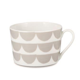 Tu es la vague kopp från House of Rym är designad av Anna Backlund. Det vågiga mönstret är lite av House of Ryms signaturmönster och matchas enkelt både med andra mönster och enfärgat porslin. Koppen är tillverkad i tunt porslin och har formen av en klassisk kaffekopp, men med ett modernare snitt. Ingår i serien Just my cup of tea.