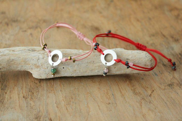 Minimal string bracelets