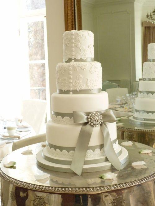 Les couleurs blanc et gris pour un gâteau de mariage
