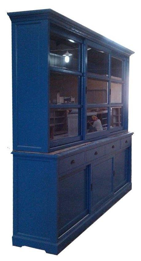 Buffetkast konings blauw Uden 280cm sfeervolle konings blauwe buffetkast met facetglas en vlakke laden met komgrepen. Deze kast is in elke RAL kleur leverbaar en in van 120cm tot 300cm breed