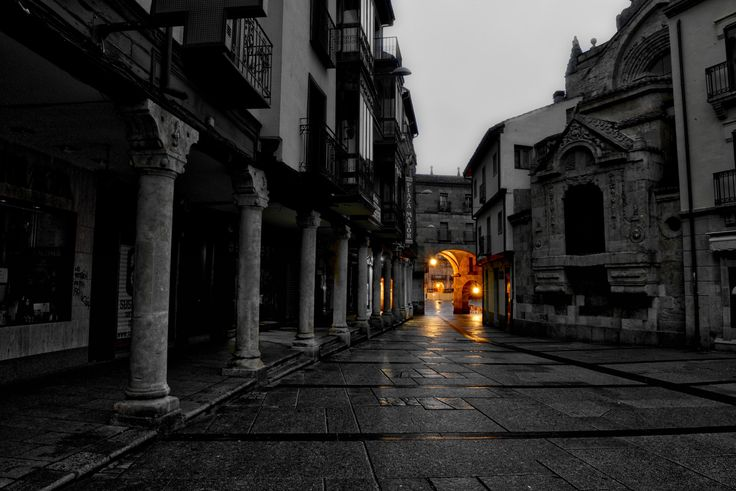 https://flic.kr/p/GeY4LU   Amanece en la Plaza del Corrillo - It dawns in Corrillo Square   El sol de medianoche entró por la ventana y con la luz de un coche se iluminó tu cara,  la lluvia que mojaba tus calles tan lloradas, y no amanece...   The midnight sun entered the window, and with the light of a car your face was illuminated,  the rain that was wetting your much mourned streets, and it doesn't dawn...