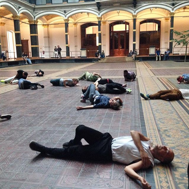 Performers in Tino Sehgal's retrospective at the Martin-Gropius-Bau (photo by @youngyun/Instagram)
