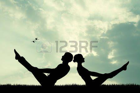 yoga couple: coppia facendo yoga al tramonto Archivio Fotografico