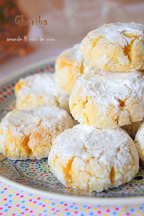 Ghriba aux amandes et noix de coco. Des ghriba ou ghoriba (غريبه) fondantes aux amandes et à la noix de coco parfumées au citron et à la fleur d'oranger que j'ai réalisée hier pour l'Aïd El Fitr. Vous trouverez la recette sur le blog   http://www.auxdelicesdupalais.net/ghriba-aux-amandes-et-noix-de-coco.html