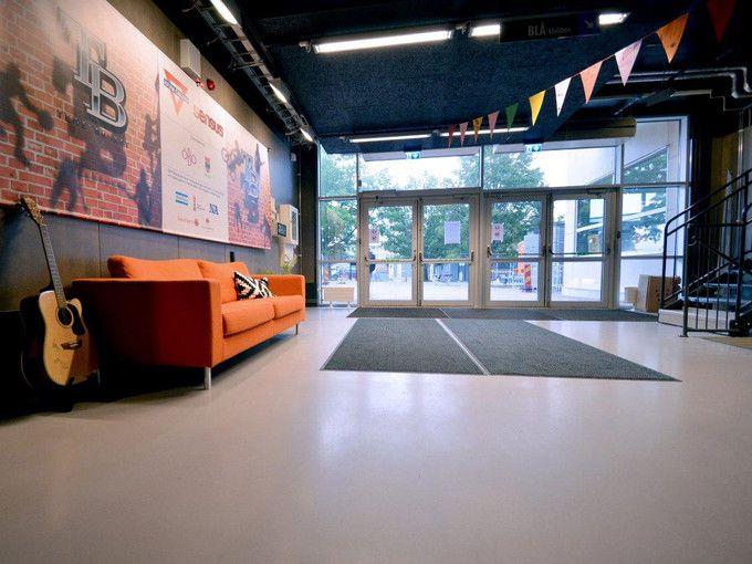 De allmänna ytorna samt restaurang/café i Tegelbruket i Örebro har stilrena och slittåliga Weber Designgolv i en snygg varmgrå kulör.  Weber Designgolv G40 Warm Grey