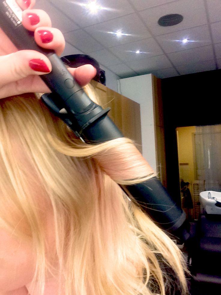 Visst gillar vi snabba stylingar som håller oss snygga hela dagen? Jag tänkte visa er hur ni kan få till den trendigaste page/lob/boben just nu, på väldigt kort tid! Du behöver ghd curl hold spray, ghd Curve soft curls (den största av de runda locktängerna) och KMS playable texture. Detta passar i princip alla hårtyper. Om du har ett tjockt hår rekommenderar jag att dela upp håret i tre horisontala delar, har du finare hår så räcker två. Jag brukar …