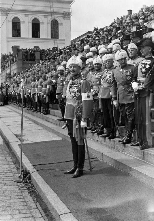 Sotamarsalkka C.G.E.Mannerheim. Pietinen Aarne Oy 4.6.1937. Helsingin kaupunginmuseo. Sotamarsalkka C.G.E. Mannerheimin 70- vuotispäivän juhlaparaati Senaatintorilla. -- repronegatiivi, filmi paperi, mv - Finna