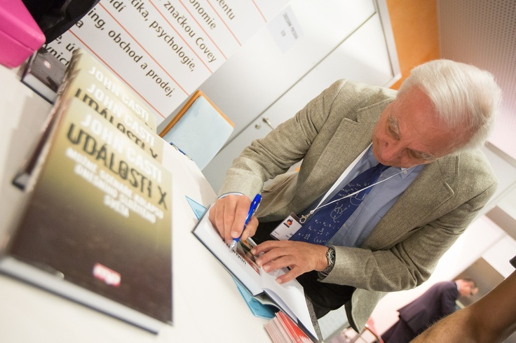 Autogramiáda. Keynote Speaker konference Retail Summit 2013 pan John Casti - autor knihy Události X (X-Events)