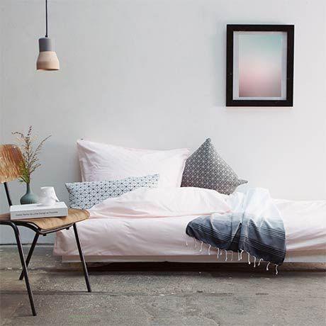 Rosa Bettwäsche bringt eine freundliche Atmosphäre in jedes Schlafzimmer. Dieser zarte Farbton bildet herrliche Kontraste mit dunklen warmen Grau- sowie hellen Blautönen. #blue #blau #grey #grau #contrast #Kontrast #warm #schlafzimmer #bedroom