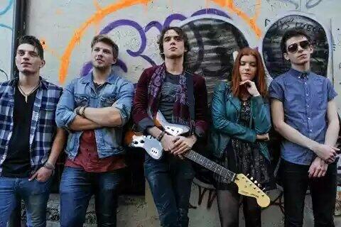 11/ Tijdens dat laatste jaar werd hij opgemerkt door een platenlabel. Shooting Stars groeide uit van een onbenullig bandje, die blij waren met wat gratis kroegoptredens, naar één van de bekendste rockgroepen op het moment, die voor uitverkochte clubs zorgden. Vrij snel vertrokken ze op tournee en vanavond verzorgden ze zelfs het voorprogramma van de punkrockdiva Brooke Vega in Portland. Mia kan niet wachten om hem te zien, want ook al is hij een rockgod, het is Mia die zijn rockhart reeds…