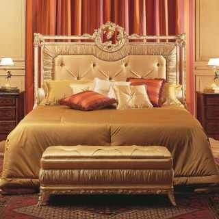 Louvre classic bedroom, capitonné bed with golden carvings, capitonné bench, walnut night tables | Vimercati Classic Furniture