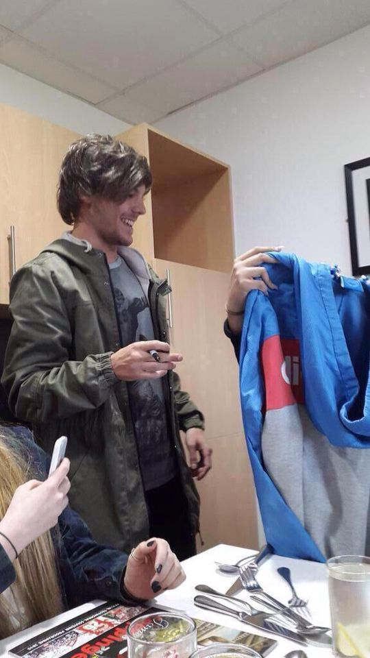 His reaction when a fan gave him an Adidas hoodie omg he's the cutest