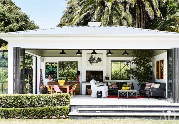"""Крытая терраса была пристроена к дому в процессе реконструкции. На ней располагаются """"садовая"""" гостиная и столовая."""