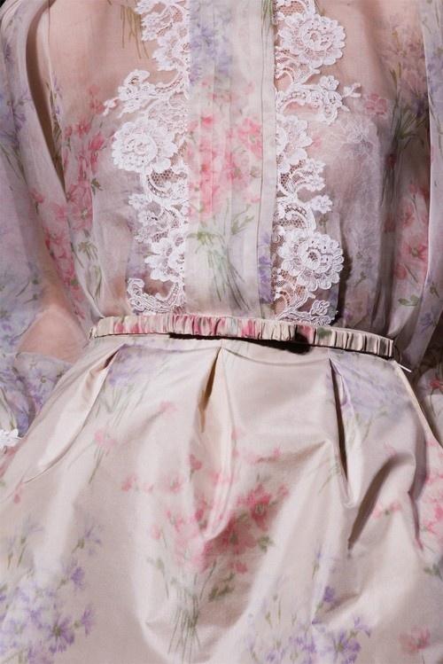 image of Floral Lace/ abito da sera rosa pallido e lavanda in pizzo floreale con cintura fiocco. Toni Garrn e Valentino Haute Couture Primavera / Estate 2012